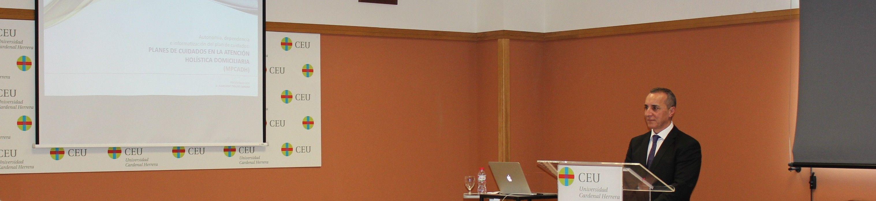 El profesor de Enfermería de la CEU-UCH, Juan José Tirado, durante la defensa de su tesis doctoral.