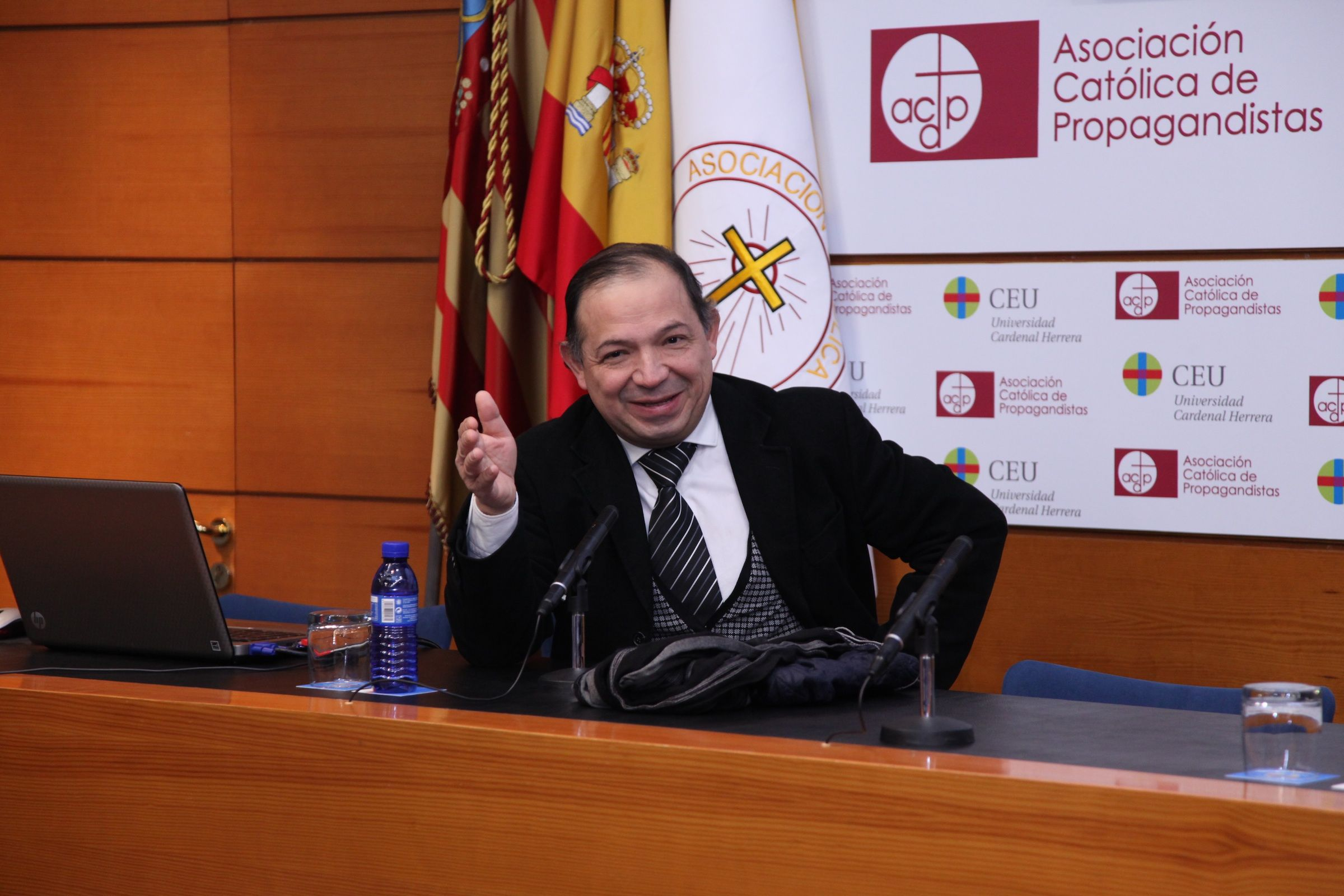 El doctor Vera en su conferencia sobre bioética y trasplantes, en la CEU-UCH.