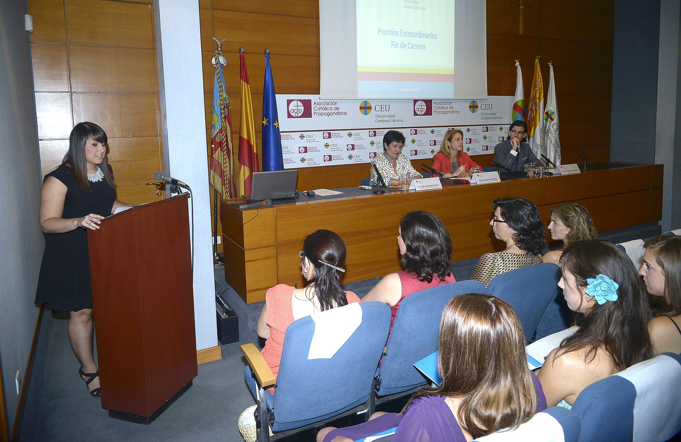 Mª José Ávila, del GRado en Periodismo, intervino en nombre de los premiados.