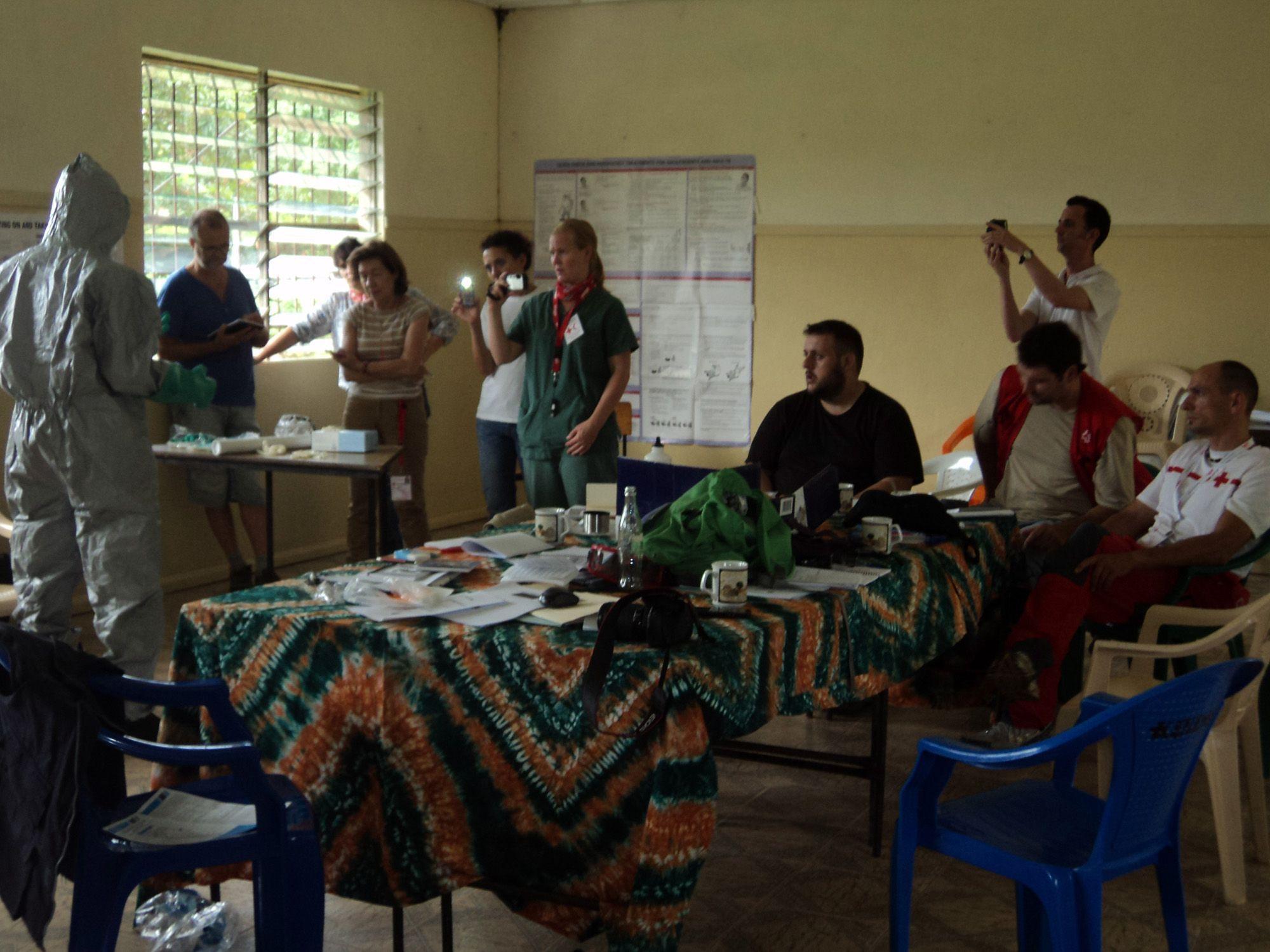 Enrique, en el centro, con sus compañeros de las ERU de Cruz Roja