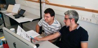 El investigador del programa Pioneers into Practice András Futó y el profesor de la CEU-UCH, Jordi Renau, en la ESET.