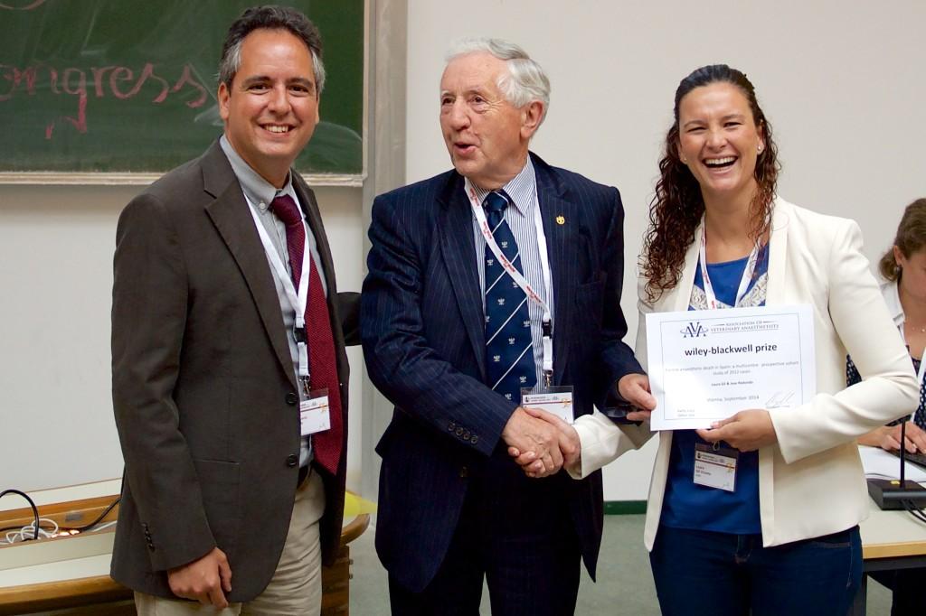 Ron Jones, Professor Emeritus de la Universidad de Liverpool y Honorary Fellow de la AVA, entrega el premio a los profesores Redondo y Gil.