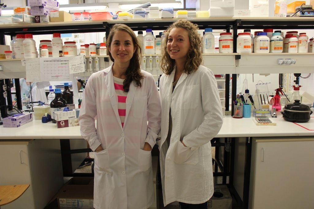 Las becarias Sara Paradells y Beatrice Golin, miembros del equipo de investigación de la CEU-UCH autor del estudio publicado en Brain Injury.
