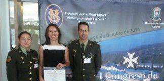 La profesora Milagros Benito tras recibir el premio por su investigación en el I Congreso de Sanidad Militar, celebrado en Granada.