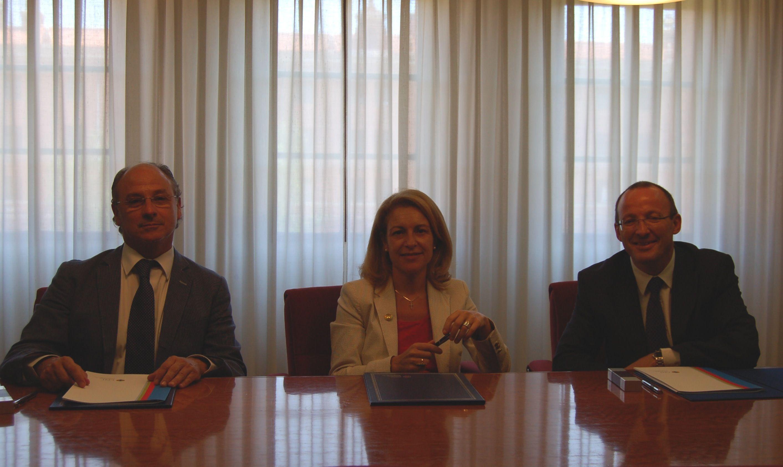 El doctor Piquer, la rectora Rosa Visiedo y Joaquín Montenegro, durante la firma del convenio de creación de la Cátedra de Neurociencias CEU-Fundación NISA.