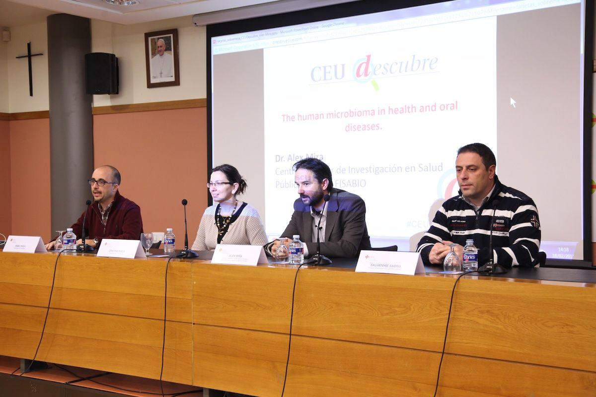 El profesor Enric Poch, los doctores Áurea Simón y Álex Mira, y el profesor Salvatore Sauro, en CEU Descubre.