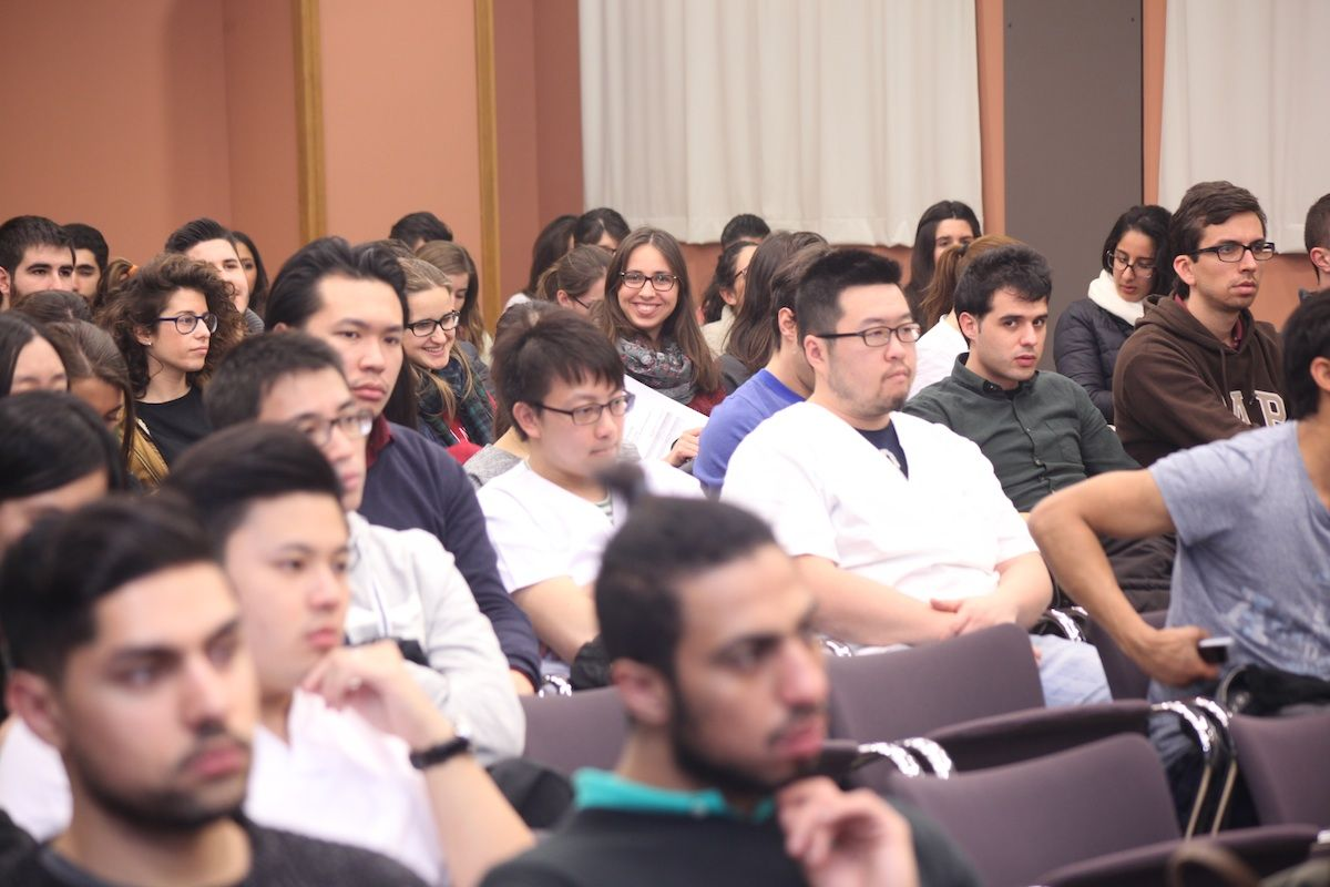 Estudiantes de Dentistry y Odontología de la CEU-UCH, durante la interveción del doctor Mira en CEU Descubre.