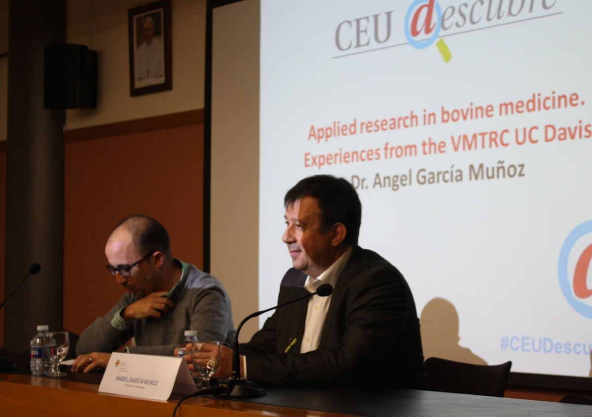 Enric Poch, profesor organizador de CEU Descubre, en la presentación de la charla de Ángel García.