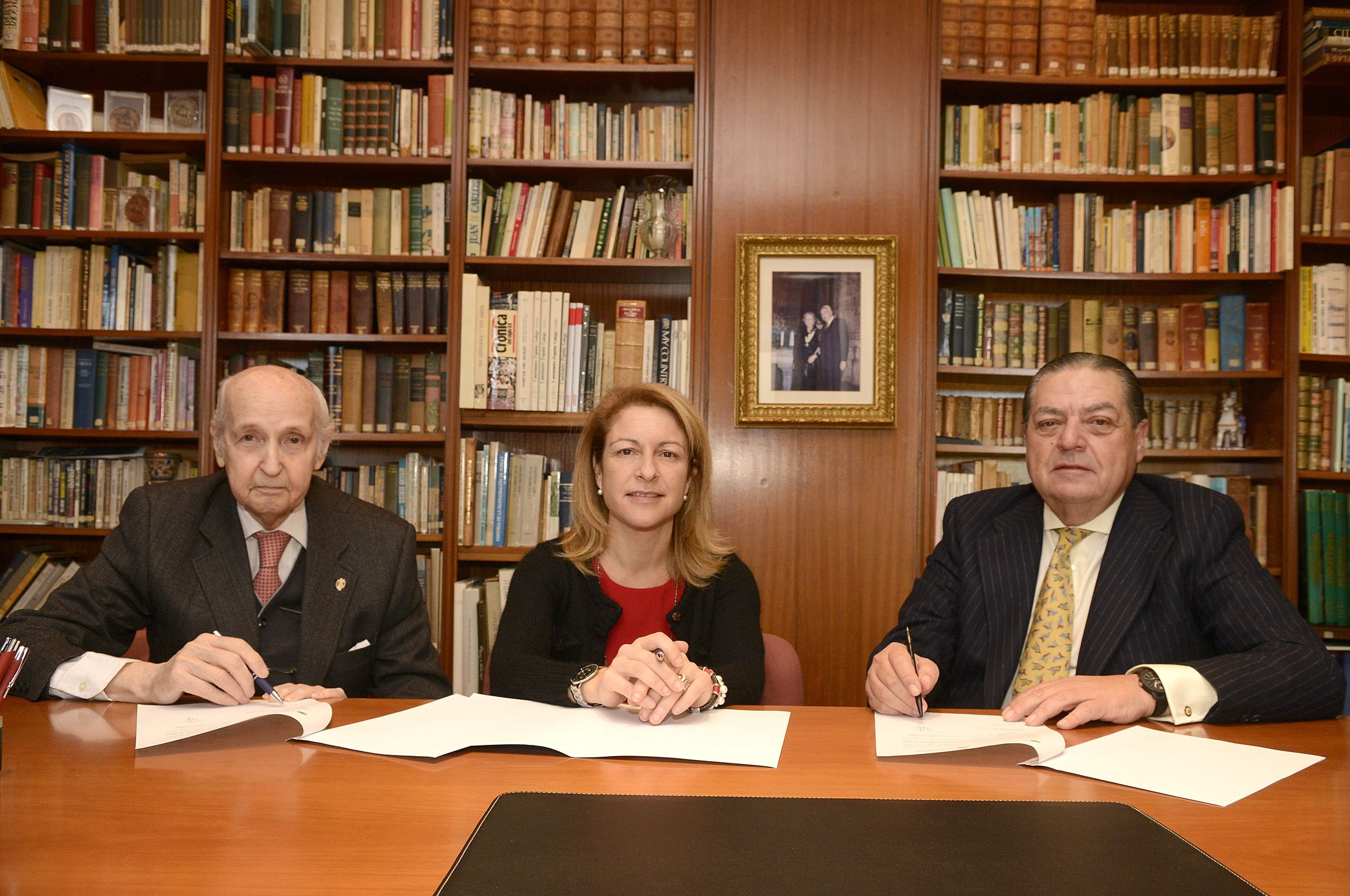 Santiago Grisolía, la rectora Rosa Visiedo, y Vicente Boluda, presidente de FVEA, durante la firma del convenio, celebrada esta mañana.