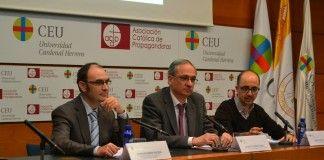 En el centro, el doctor Muñoz Terol, junto a los profesores de la CEU-UCH Ignacio Pérez y Enric Poch, durante su participación en el ciclo CEU Descubre.
