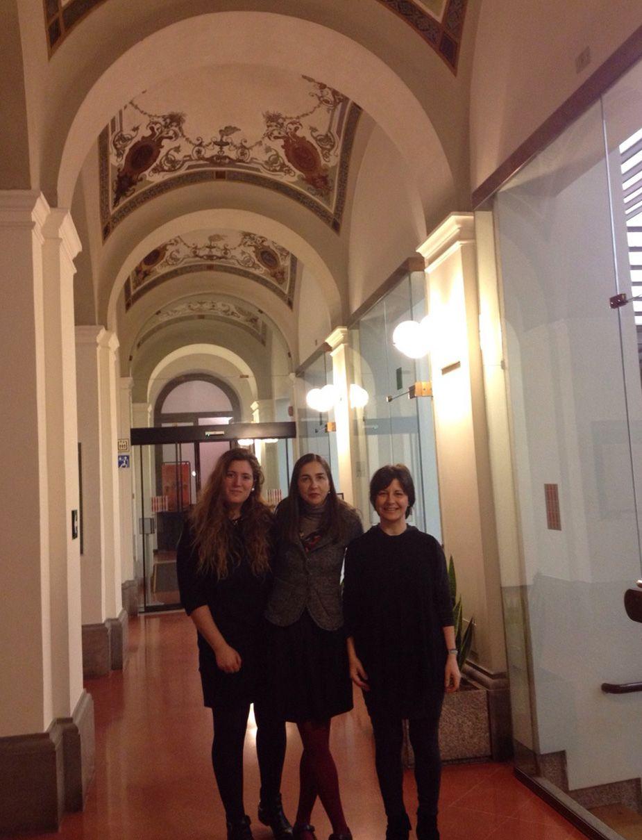 La estudiante Rosa Estevan, junto a su tutora en la Asamblea Legislativa de Umbría, Rosalba Iannucci, y la profesora Susana Sanz.