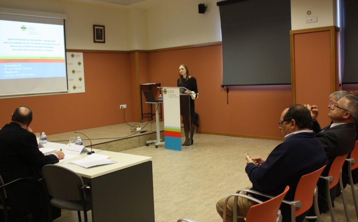 María José Rabadán, durante la defensa en la CEU-UCH de su tesis doctoral sobre tratamiento informativo de las drogas en la prensa europea.