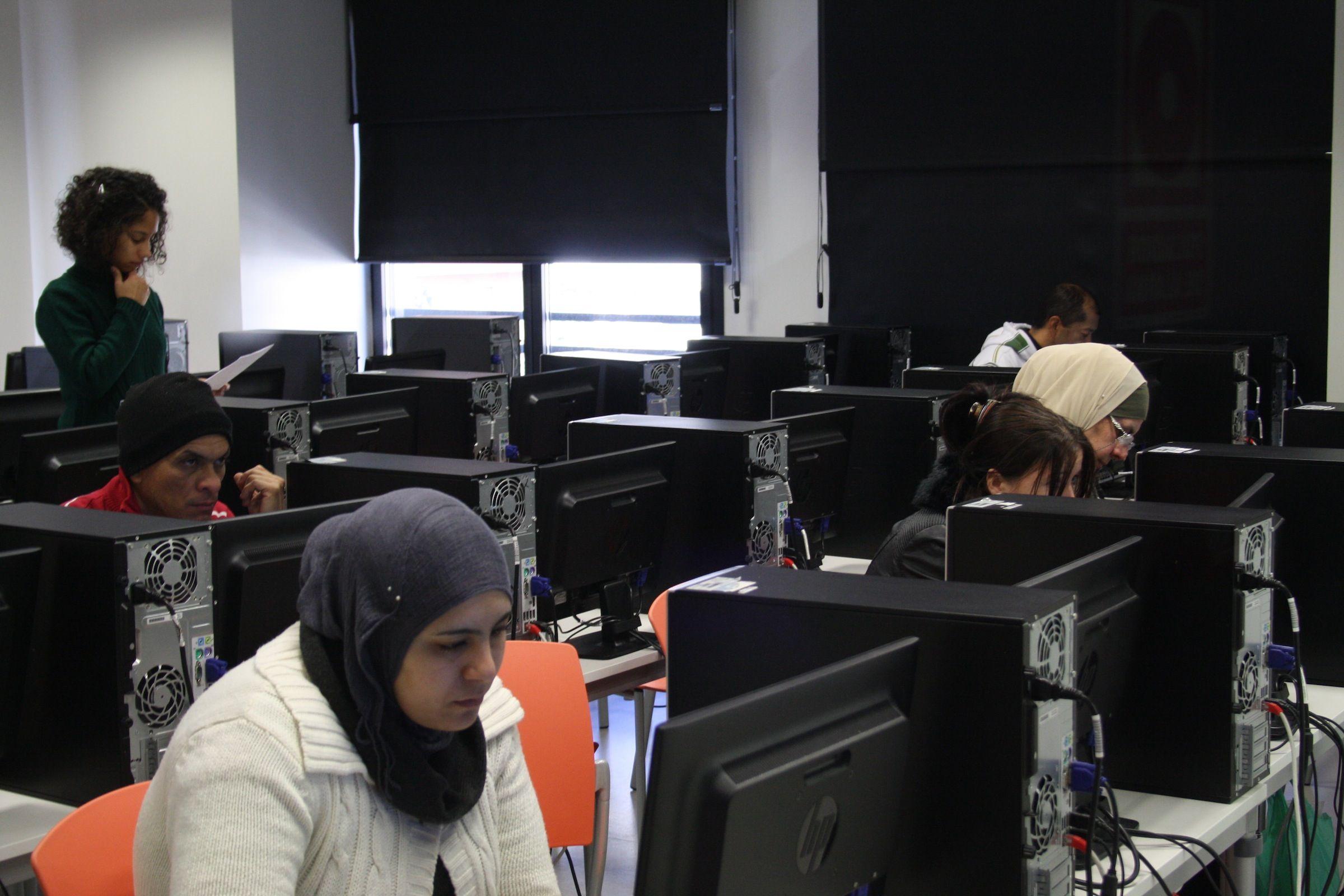 Mujeres inmigrantes, en un curso sobre Internet impartido en la CEU-UCH en Elche.