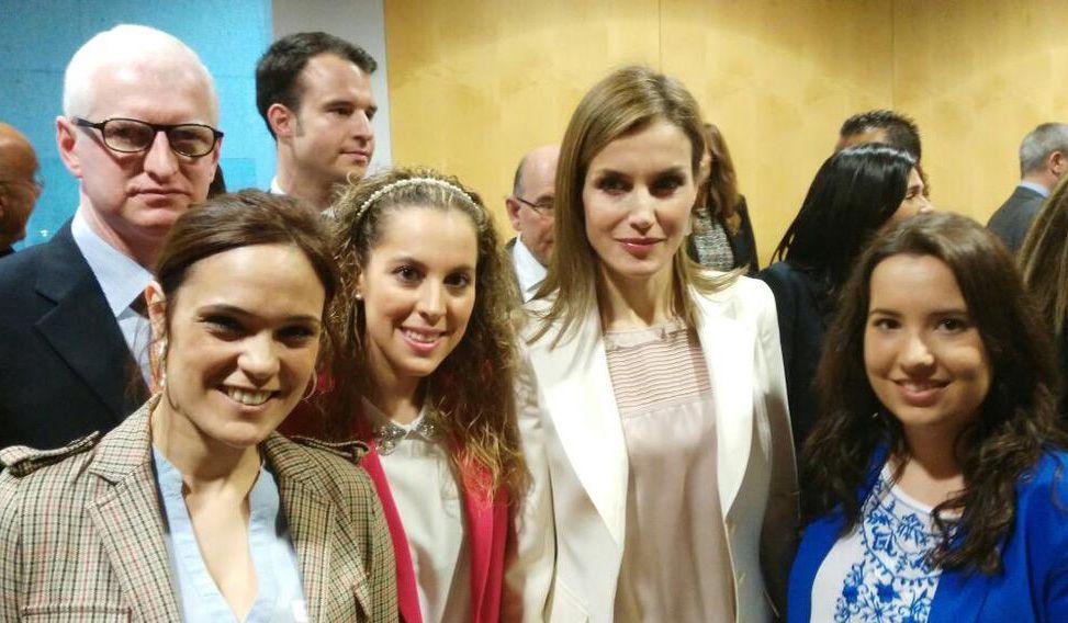 Estudiantes de la CEU-UCH e investigadores de OBSER, con la Reina Letizia, en el II Congreso Escolar de Enfermedades Raras de FEDER.