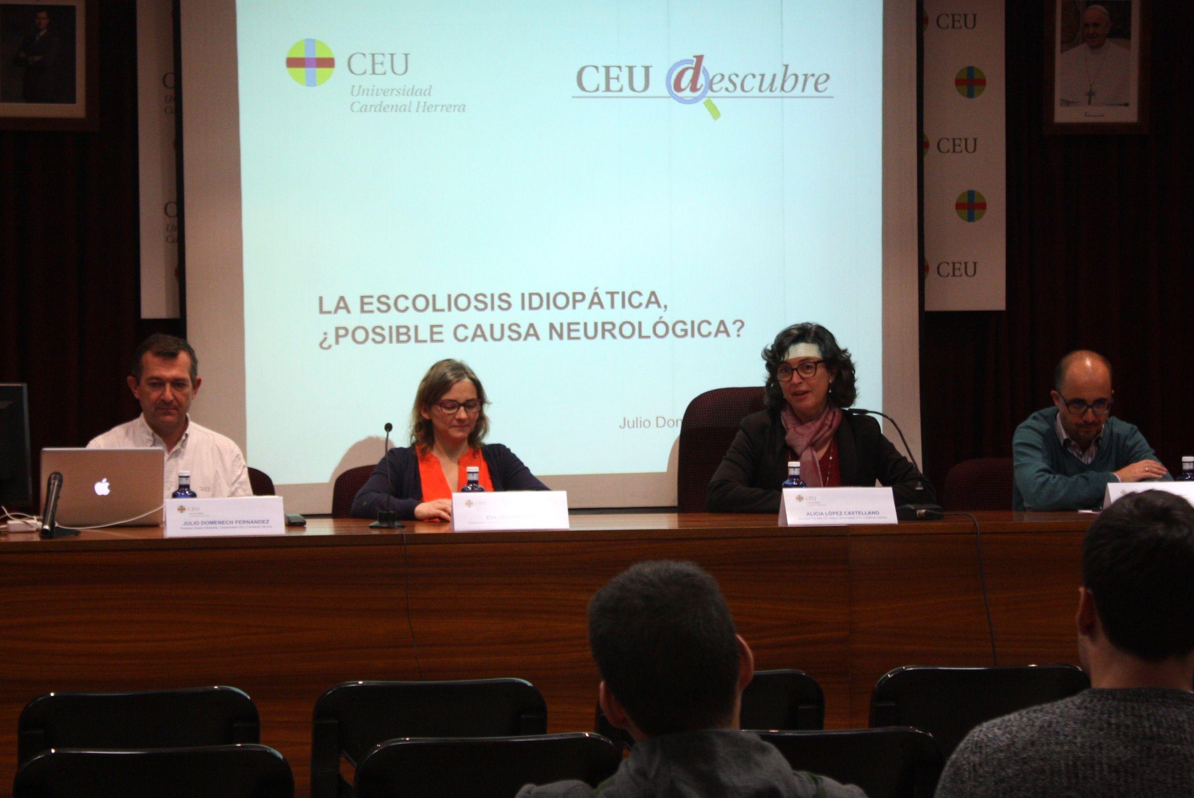 El ponente, Julio Doménech, junto a la vicedecana de Fisioterapia, Eva Segura, la decana de la Facultad de Ciencias de la Salud, Alicia López, y el profesor Enric Poch, organizador de CEU Descubre.