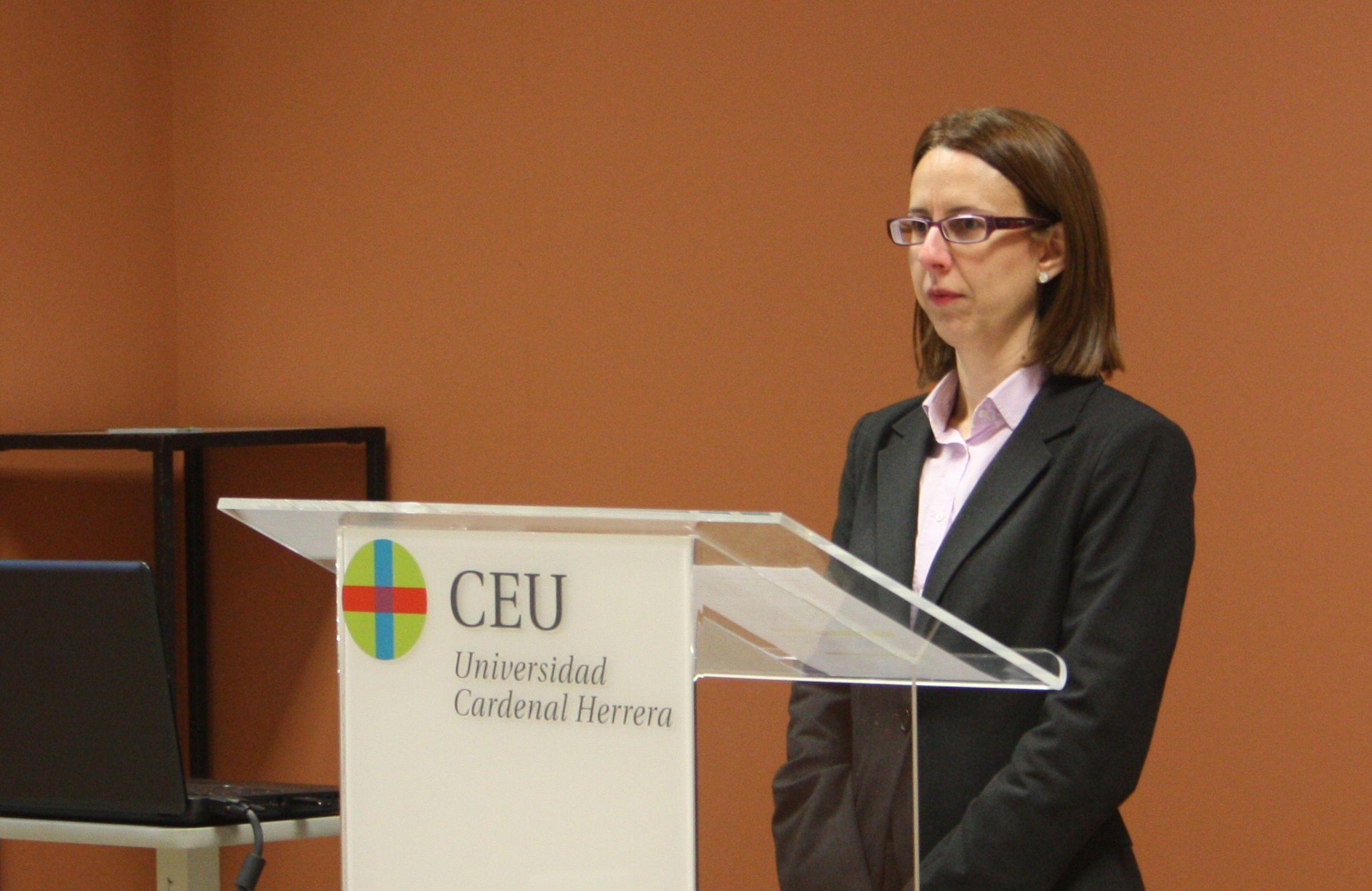 Águeda Garrido, durante la defensa de su tesis doctoral en la CEU-UCH sobre el tratamiento informativo de la mujer inmigrante.