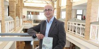 """Antonio Garrido, profesor del Máster en Diseño de Producto de la CEU-UCH, con su nueva novela """"El último paraíso""""."""