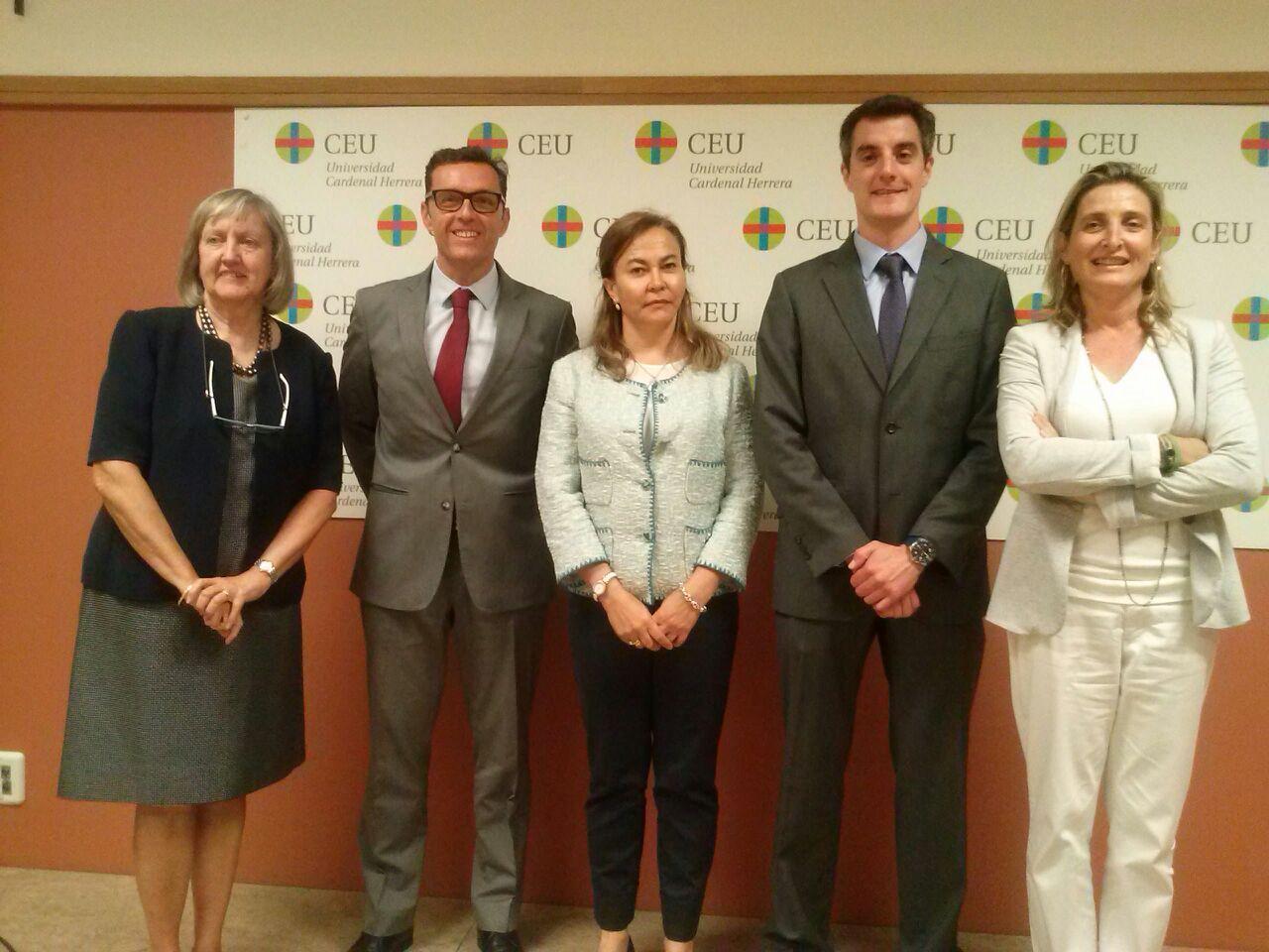 La directora de la tesis, Isabel de Salas, los miembros del tribunal David Calatayud, Palma Peña y María López-Trigo, junto al nuevo doctor Javier Puchades.