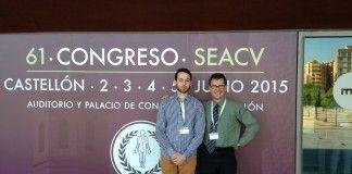El alumno de Medicina de la CEU-UCH Ernesto Muñoz y el profesor Enrique Rodilla, en el 61º Congreso de la SEACV.