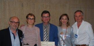 De izq. a dcha., los profesores de Medicina de la CEU-UCH Miguel Beltrán, Marisa Peris y Enrique Rodilla, premiado por la SMICV.