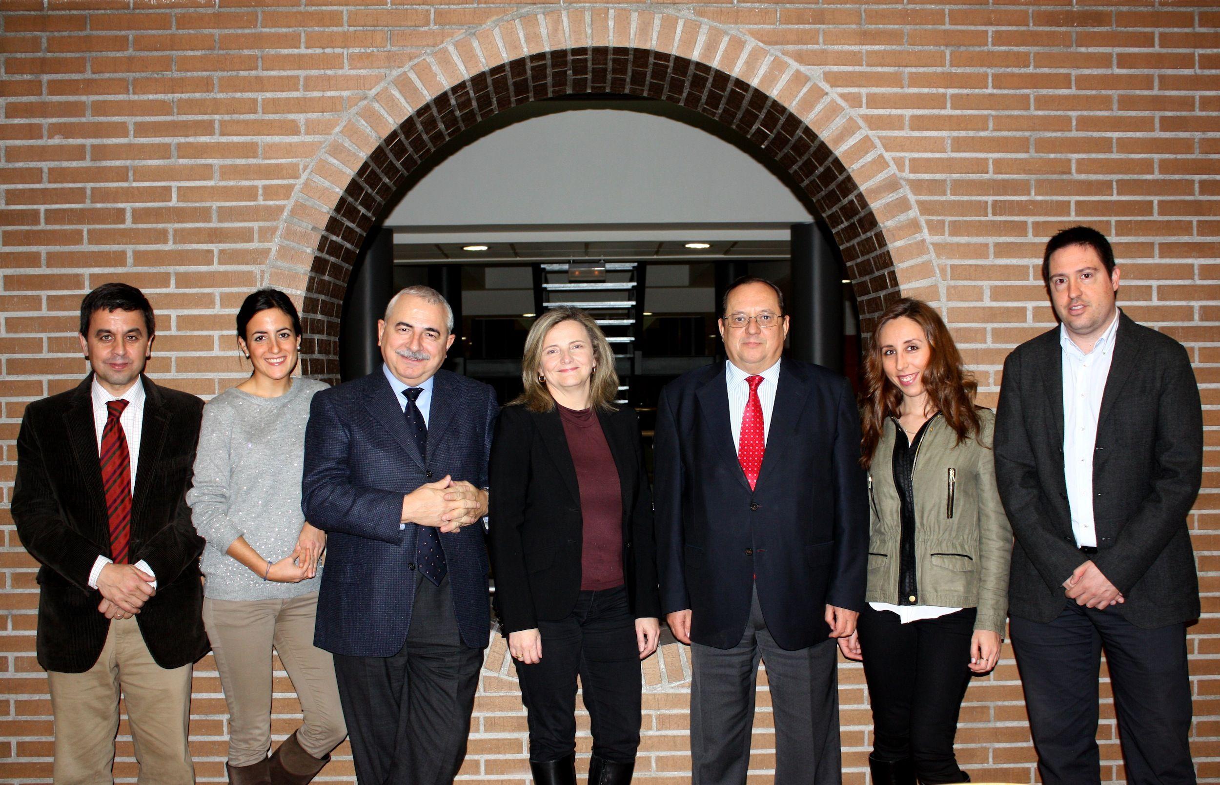 La profesora Elvira García de Torres,  junto a los miembros del Observatorio OIMED en la CEU-UCH.