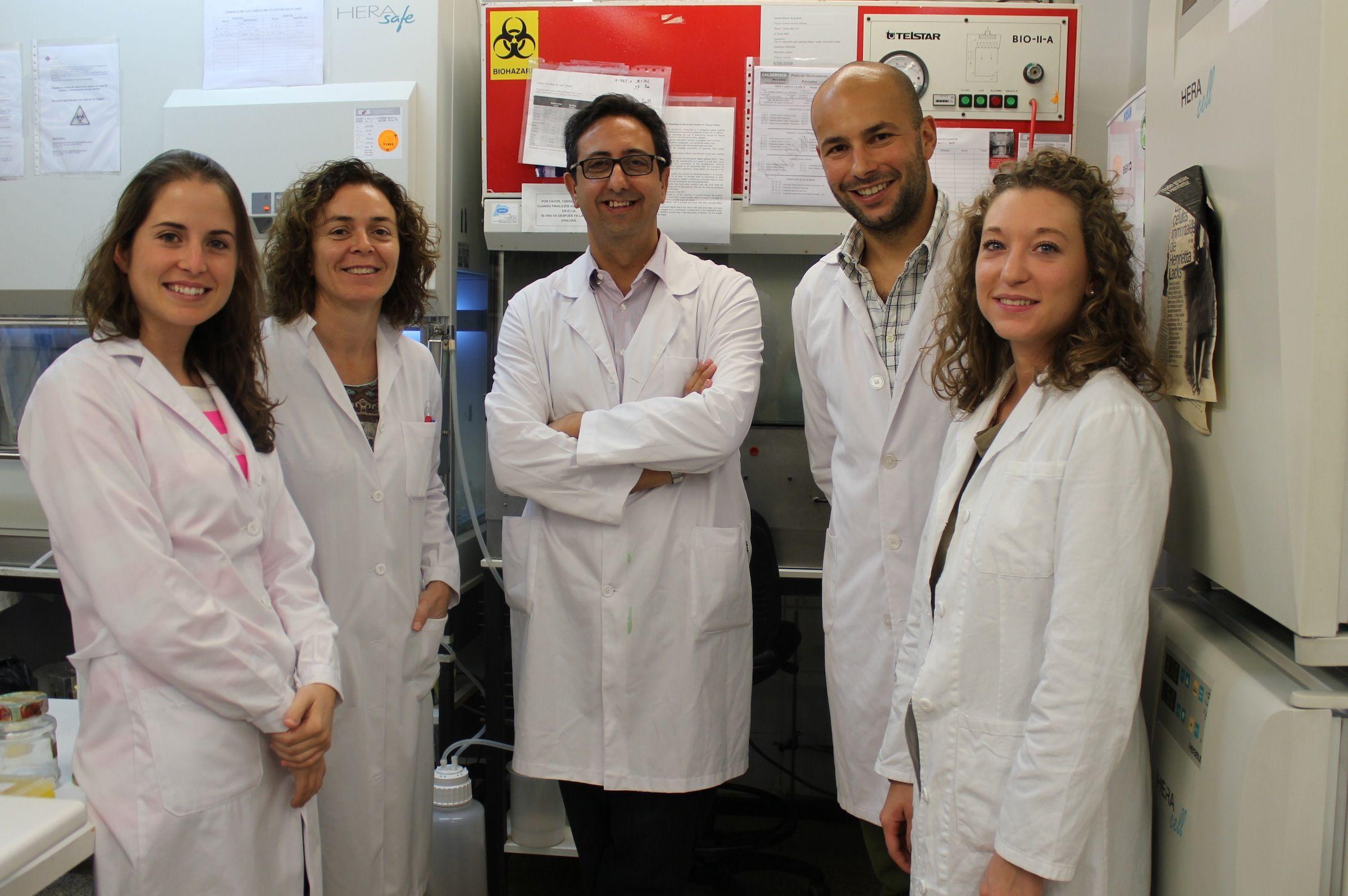 Sara Paradells junto a los miembros del Grupo de Investigación que dirige en la CEU-UCH el profesor José Miguel Soria, en el centro de la imagen.