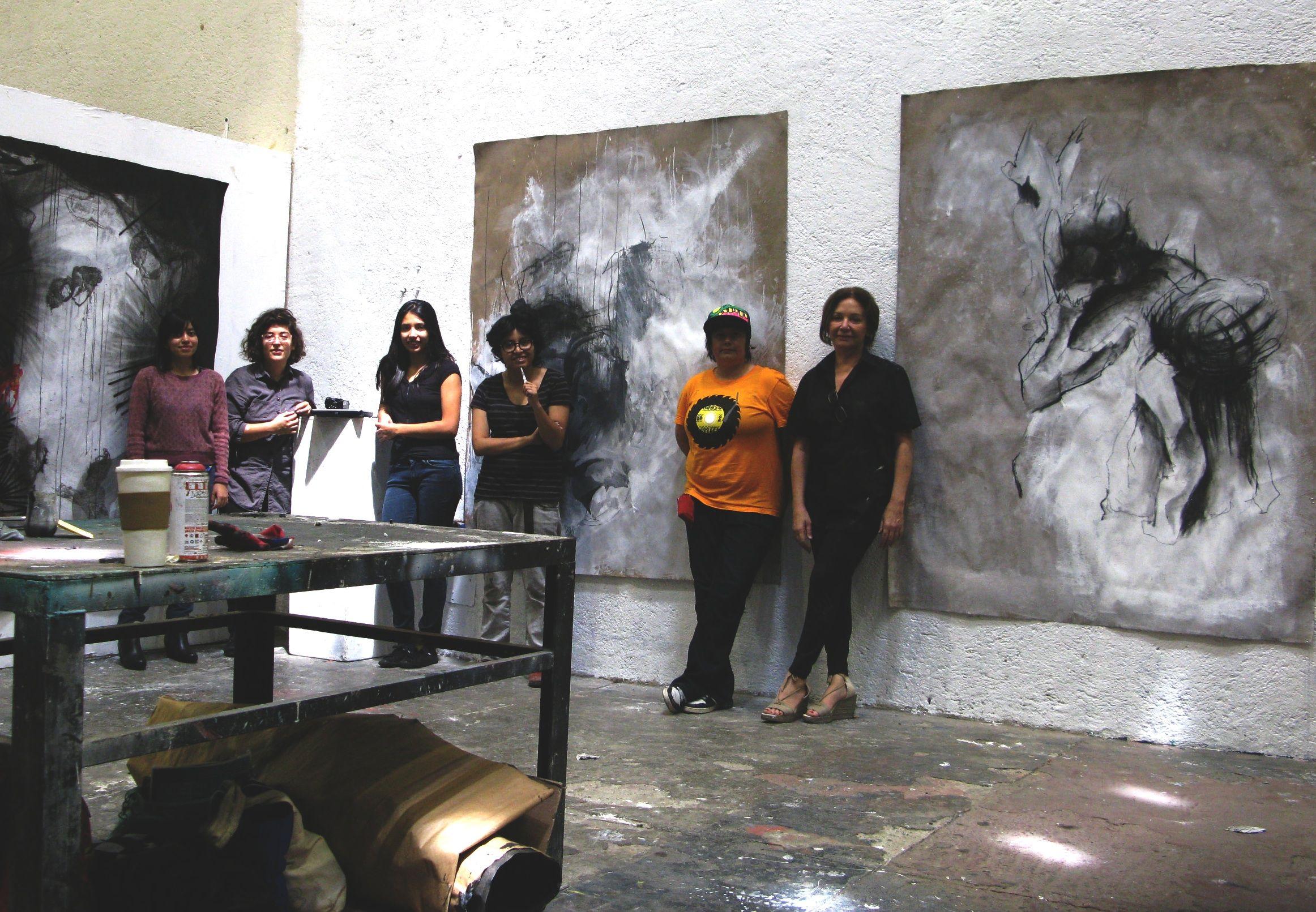 A la derecha, la profesora Marusela Granell, junto a algunos de los participantes en su taller de obras de gran formato celebrado en México.
