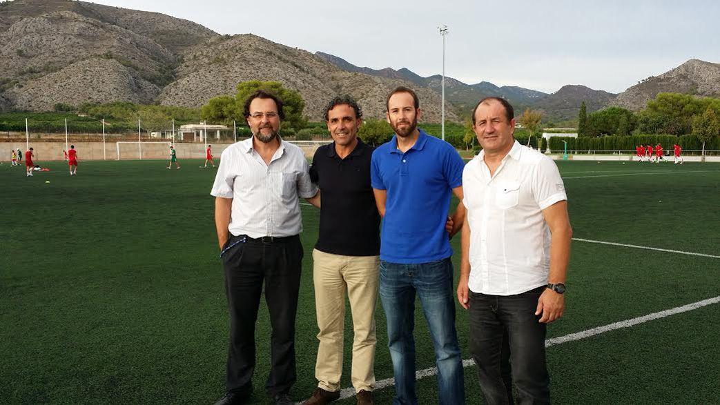El director del Centro de Castellón de la CEU-UCH, José María Mira, y el investigadora Joel Prieto, junto a responsables del Club Deportivo Castellón.