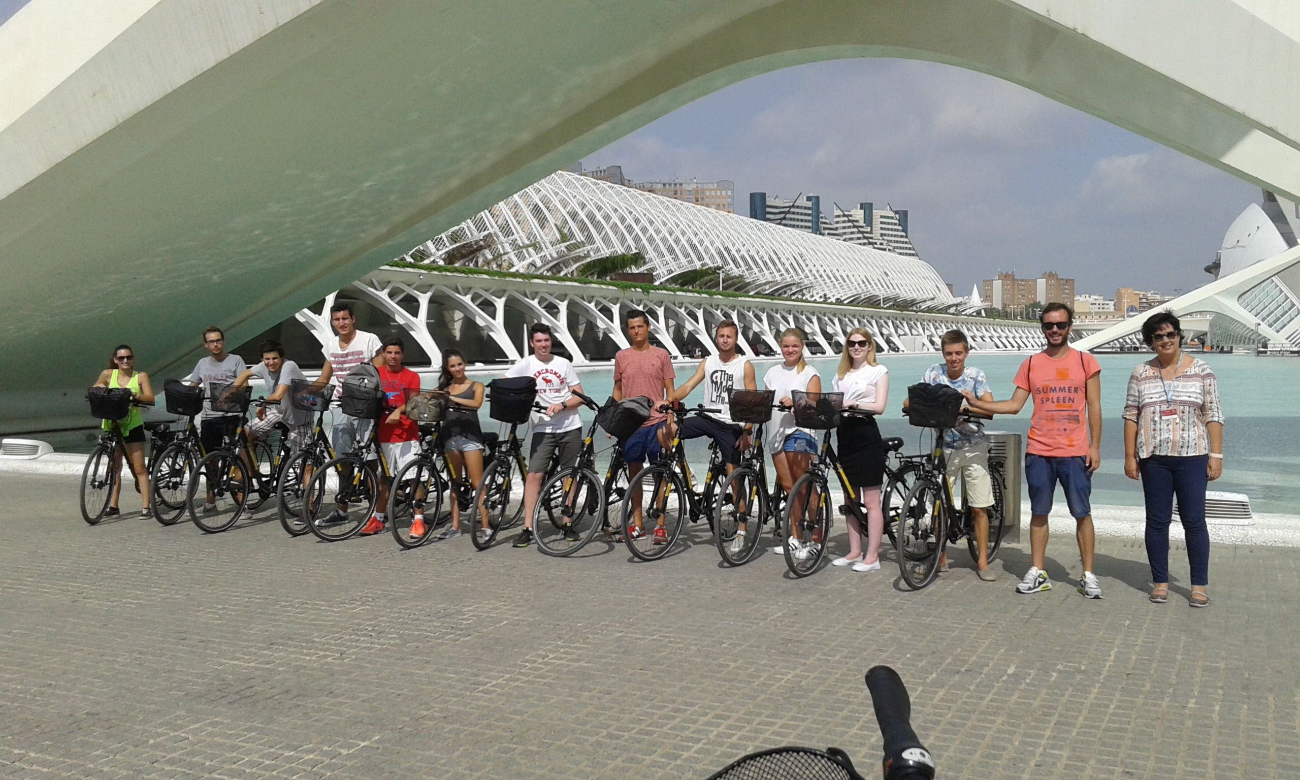 Uno de los grupos de estudiantes internacionales de la CEU-UCH, durante el tour en bici por Valencia de los cursos de español en agosto.
