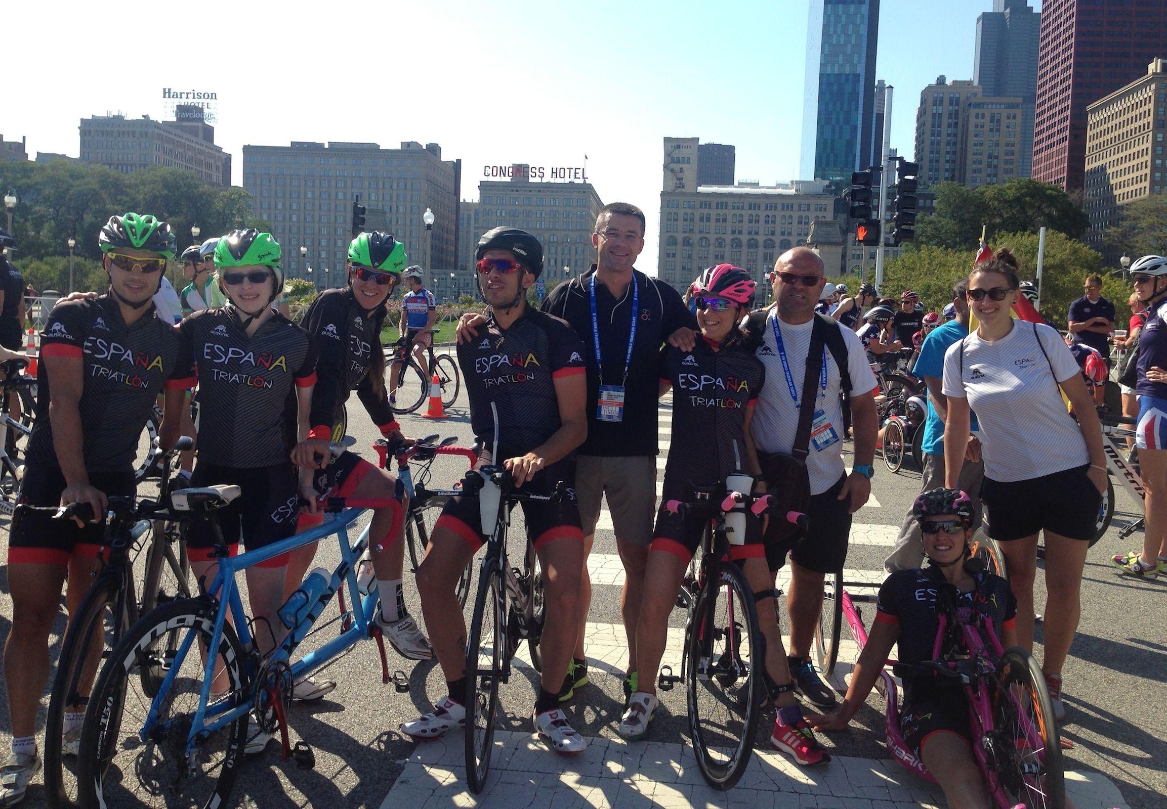 En el centro, el profesor de la CEU-UCH Javier Martínez Gramage, junto a triatletas y paratriatletas del equipo español, este fin de semana en el campeonato mundial de Chicago.