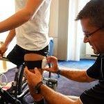 El profesor de la CEU-UCH aplica uno de los sensores inerciales a una de las paratriatletas participantes en el prueba de Chicago.