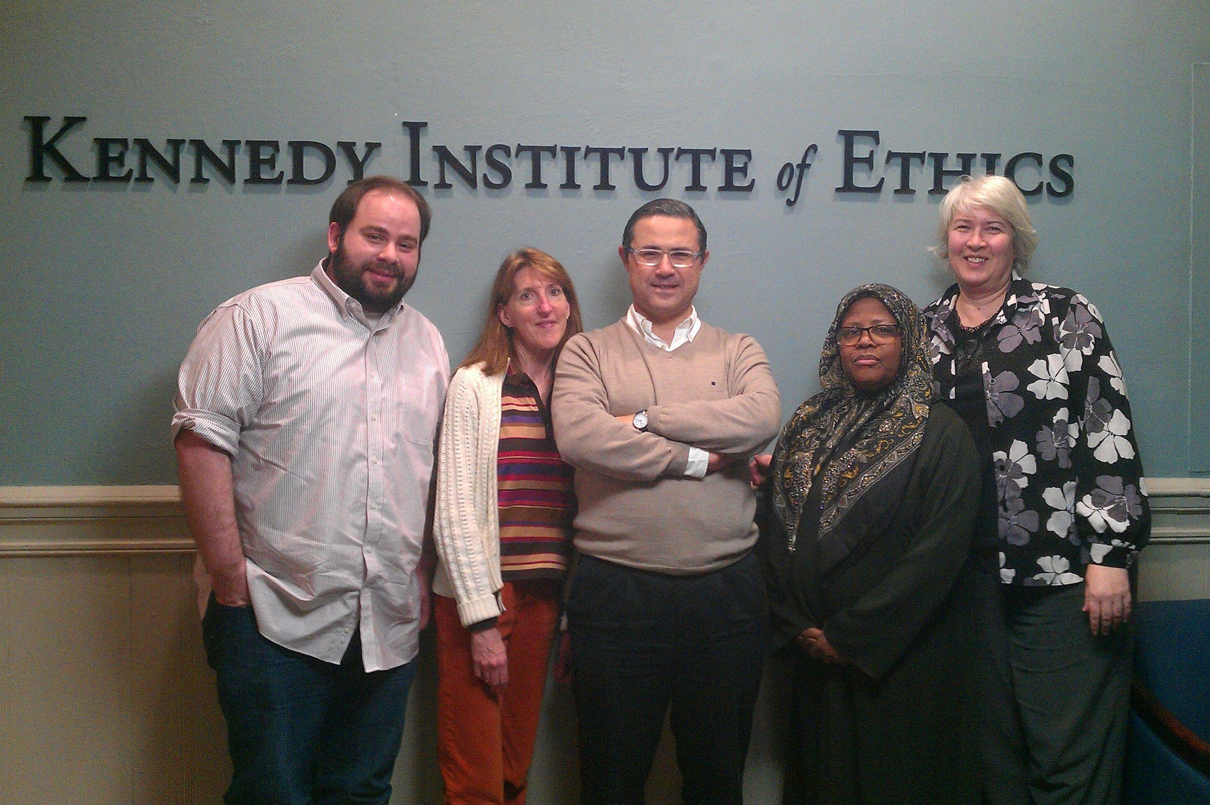 En el centro de la imagen, el profesor de la CEU-UCH Emilio García Sánchez, junto a investigadores del Kennedy Institute of Ethics de la Universidad de Georgetown, durante su estancia investigadora en Washington.