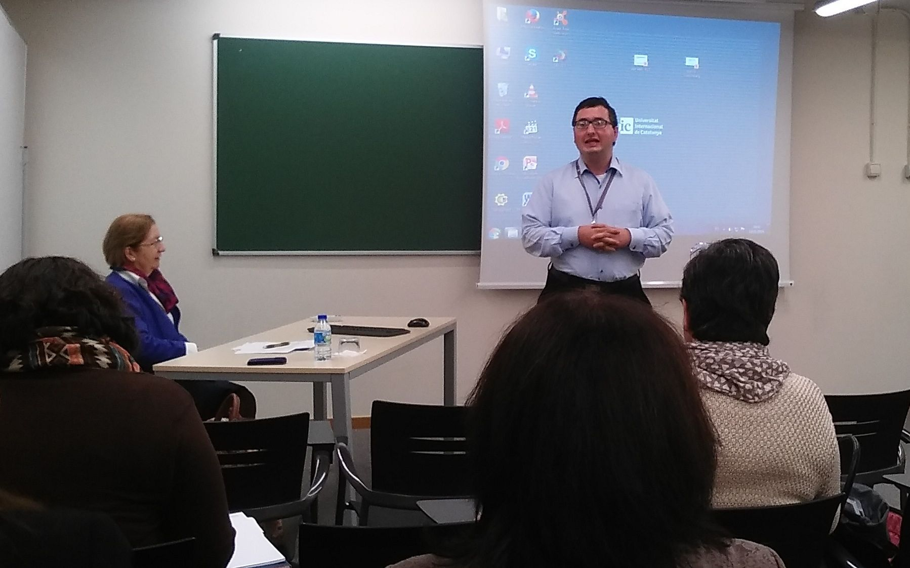 El profesor Jaime Vilarroig durante la presentación de su comunicación en el X Congreso de la AEBI.