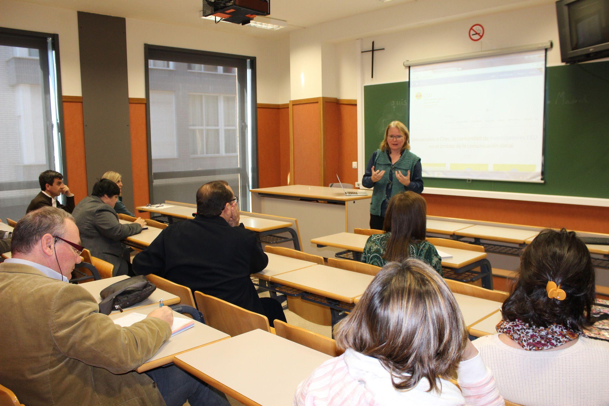 La profesora de la USP-CEU Karen Sanders, durante la presentación del CITEC en la CEU-UCH.