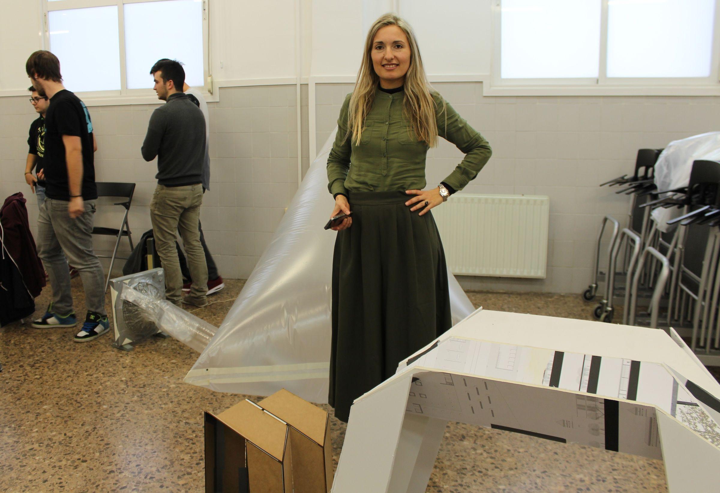 Esther Rivas Adrover, durante el taller de estructuras desplegables impartido en la CEU-UCH.
