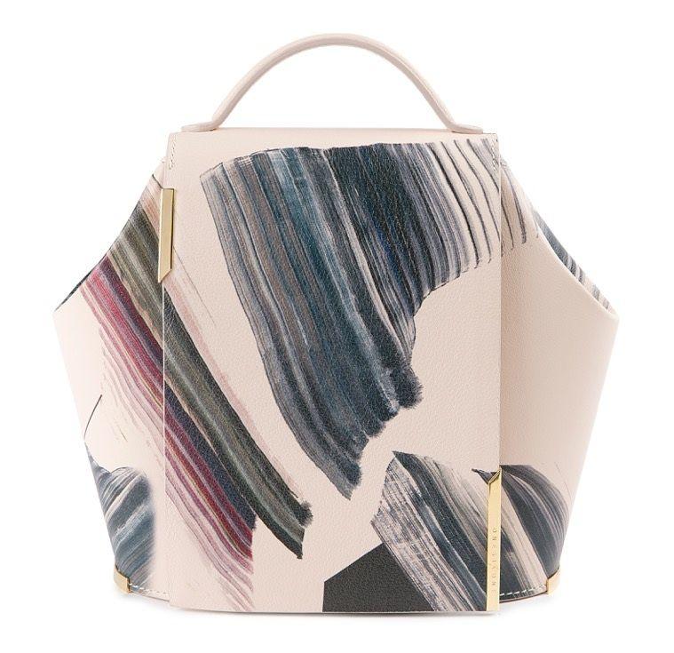 Primero de los bolsos de la colección Onesixone, de Adrián Salvador, a partir de la obra de la artista Vichy Uslé.