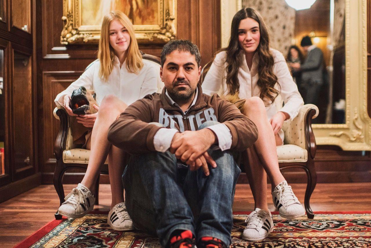 Víctor Claramunt, diseñador formado en la CEU-UCH, con las actrices protagonistas de su fashion film Breaking Rules, premiado en Australia. (FOTO: Natxo Martínez).