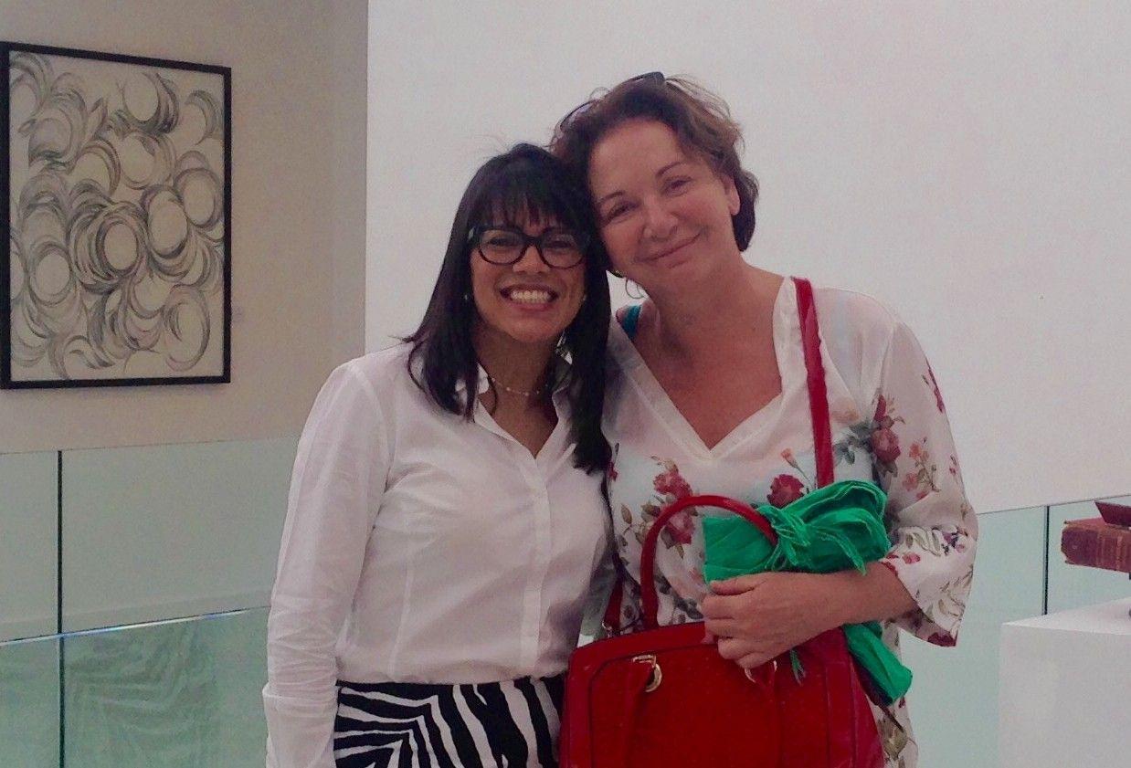 La artista española Marusela Granell, junto a la directora de la Galería ASR Contemporáneo de Santo Domingo.