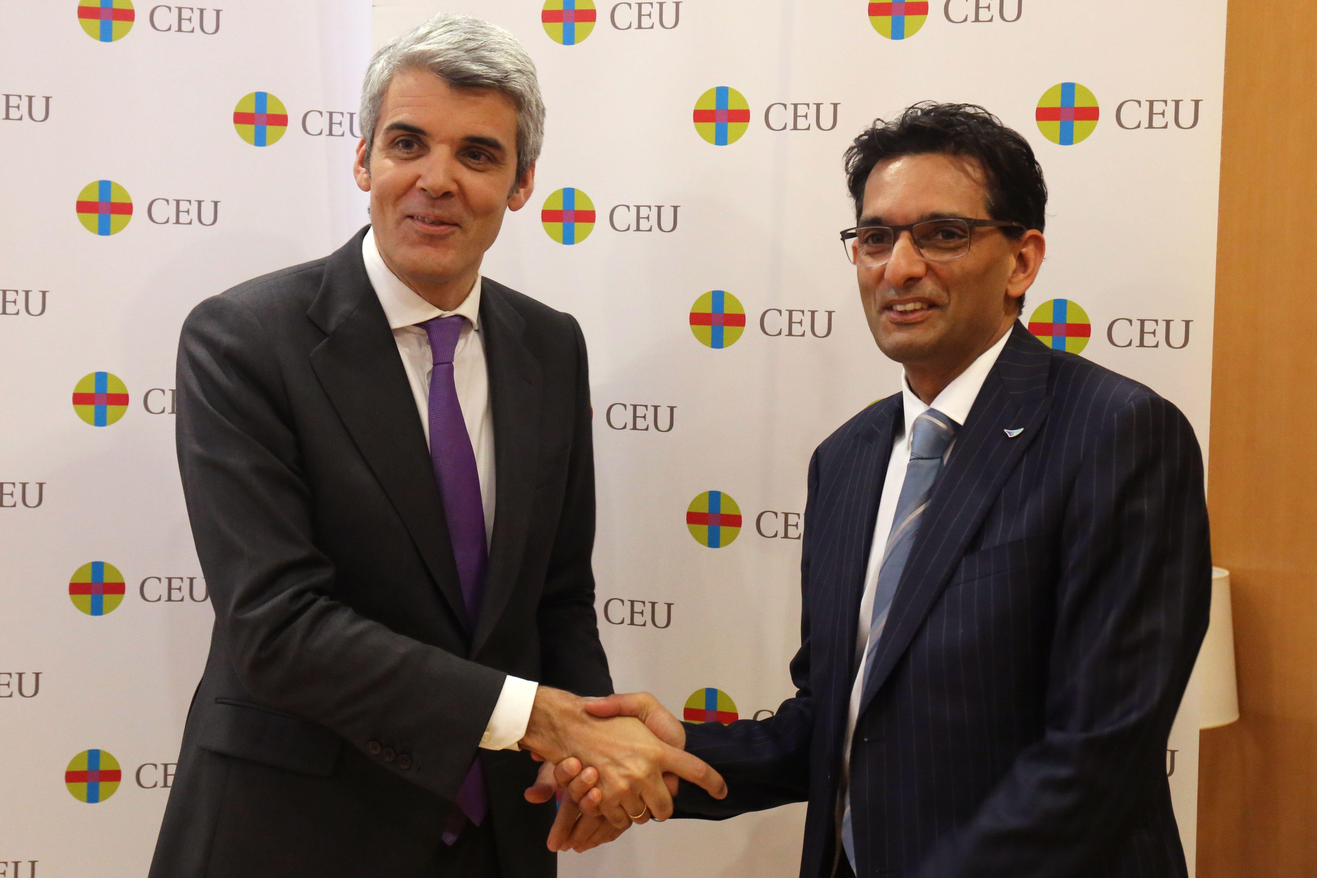 de izquierda a derecha, el director general de la Fundación Universitaria San Pablo CEU, José Luis Guillén, y el EMEA Markets Director of CCL, Hamish Madan