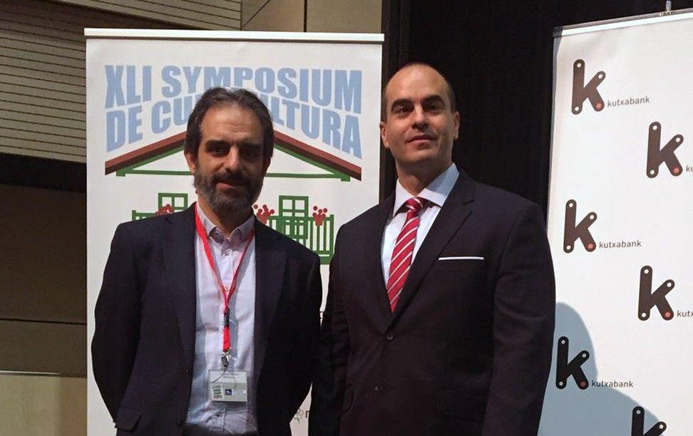 El presidente saliente de ASESCU, Javier García Alonso, junto a Juan Manuel Corpa, de la CEU-UCH, tras su nombramiento.