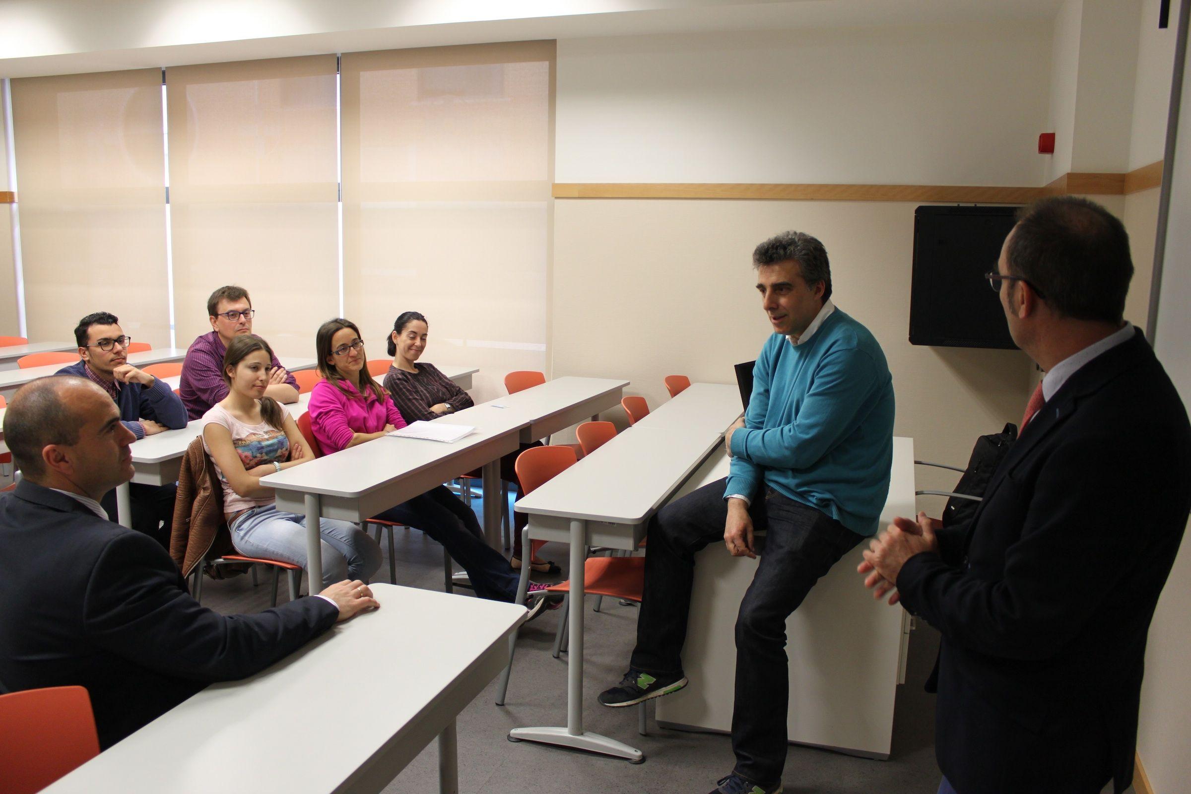José R. Penadés, catedrático de la University of Glasgow, durante su encuentro con jóvenes investigadores de la CEU-UCH.