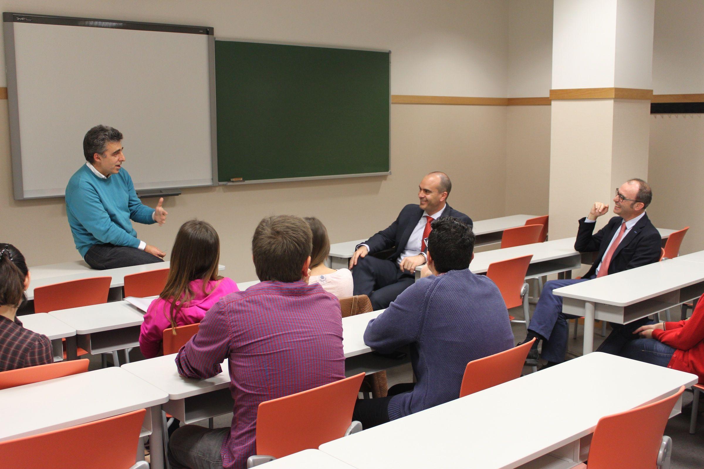 Penadés, Corpa, Pérez Roger junto a investigadores de la CEU-UCH, durante la charla organizada por el ICB.