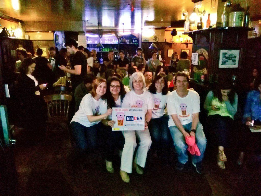 En el centro, Teresa Pérez Gracia, junto a los ponentes y organizadores de Pint of Science en Valencia. Foto: VIT Salud.