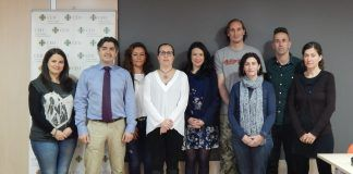 El doctor Gonzalo Haro, segundo por la izquierda, junto a los miembros del Grupo de Investigación TXP de la CEU-UCH.