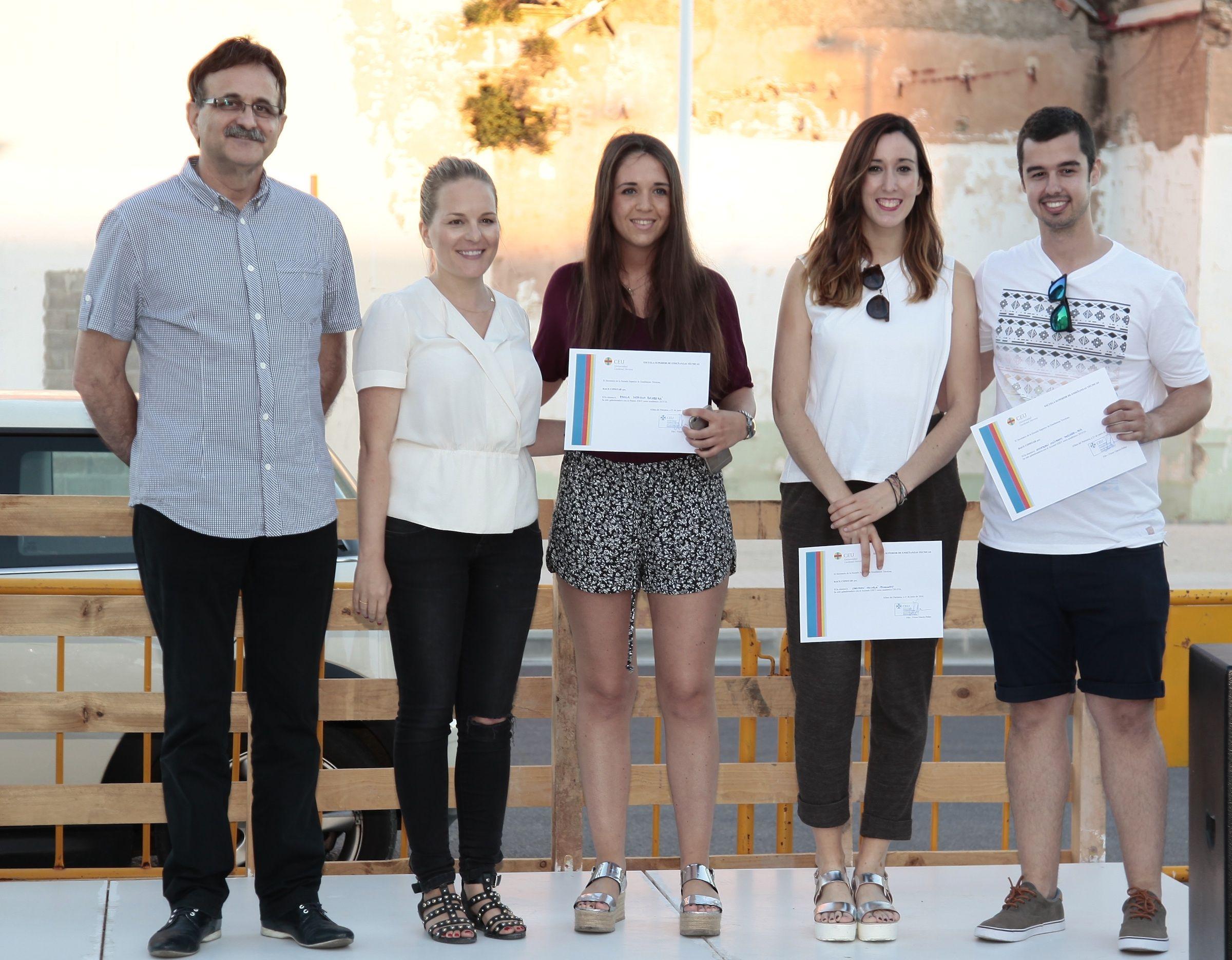 Los diseñadores Vicente Gallega y Enma Laurín, junto a los alumnos de la ESET premiados.