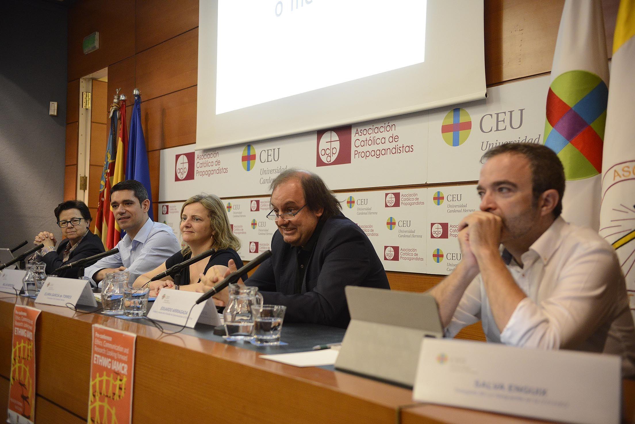La profesora de la CEU-UCH Elvira García de Torres, organizadora del encuentro, ha moderado la primera mesa redonda.