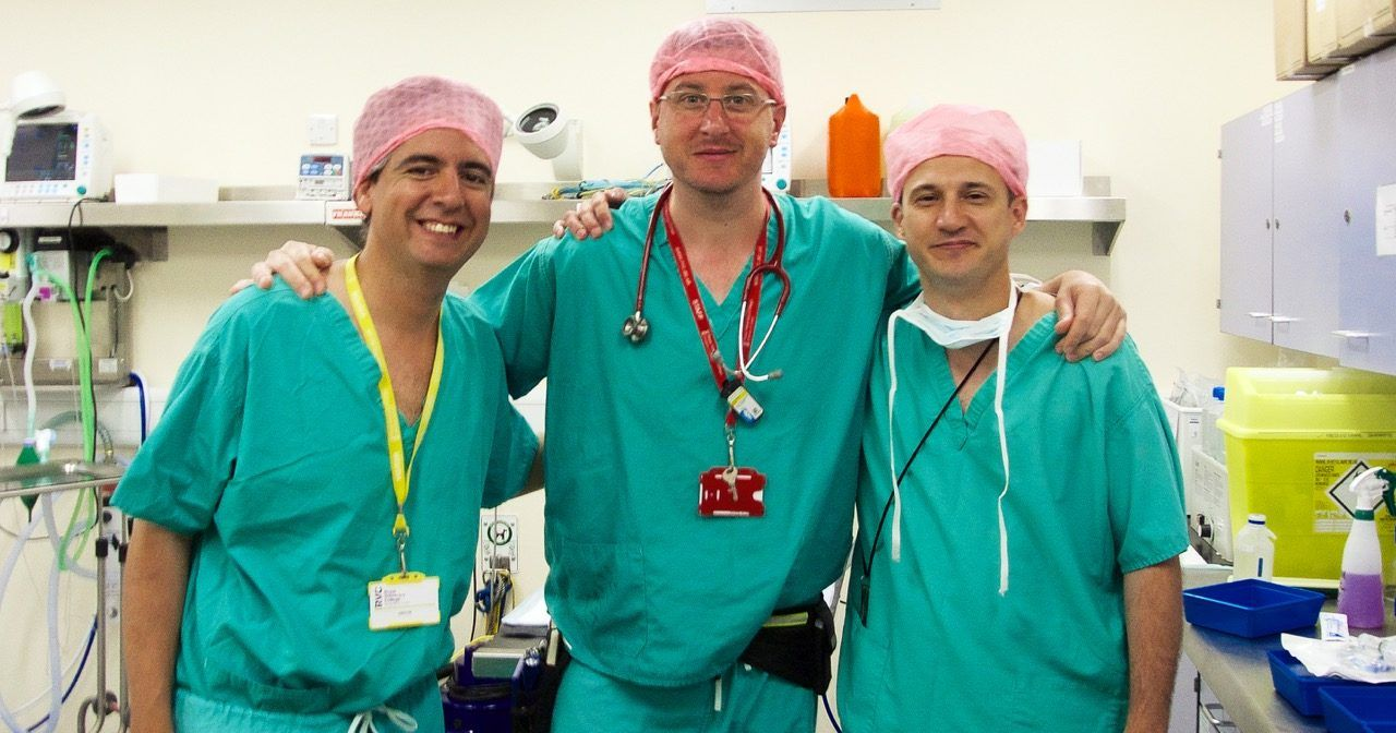 Los investigadores José Ignacio Redondo, Diego Castiñeiras y Jaime Viscasillas, en el Queen Mother Hospital for Animals de Londres.