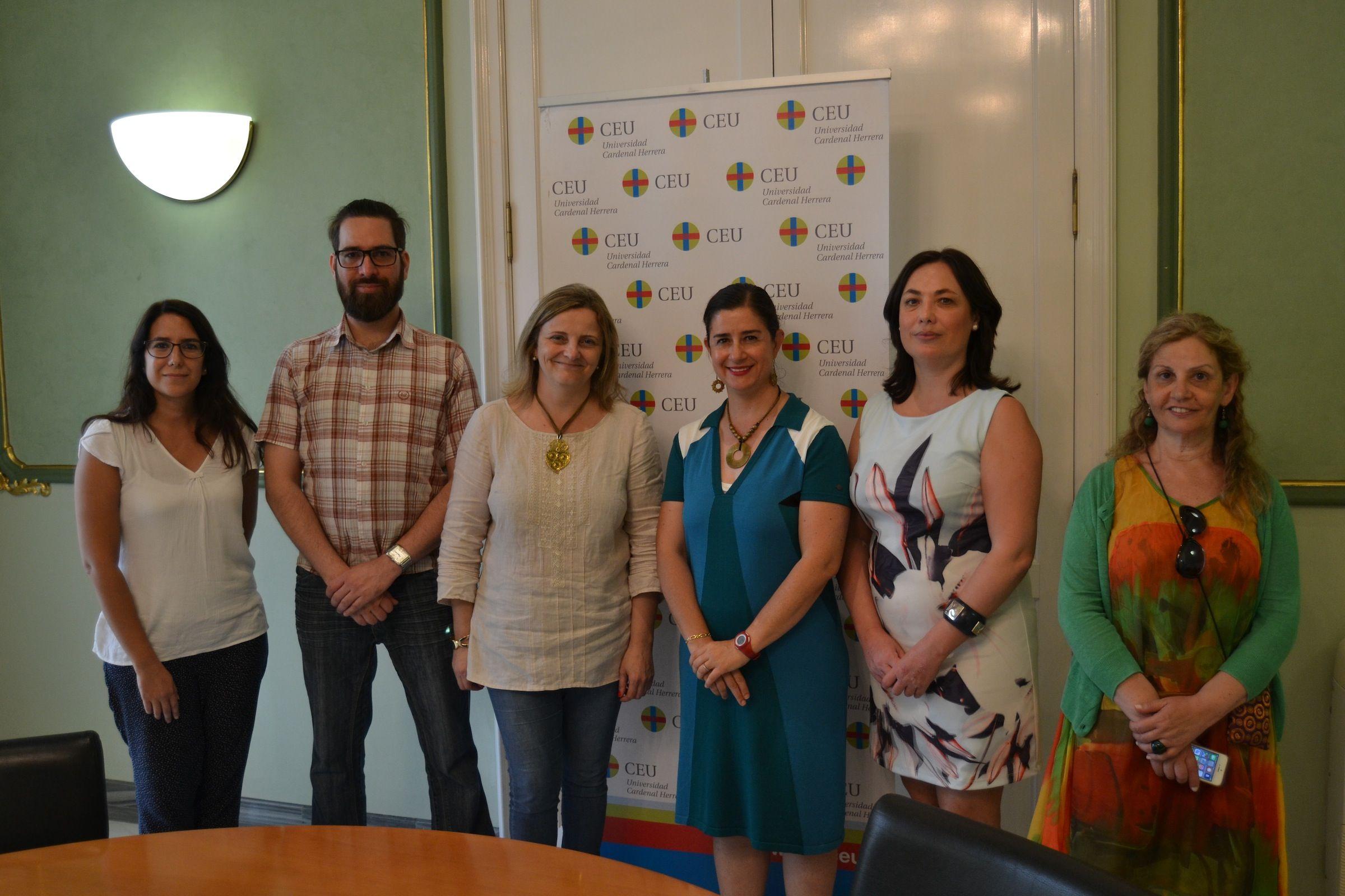 Elvira García de Torres, tercera por la izq., junto a los miembros del comité organizador del encuentro del Grupo de Ética de la IAMCR en la CEU-UCH.