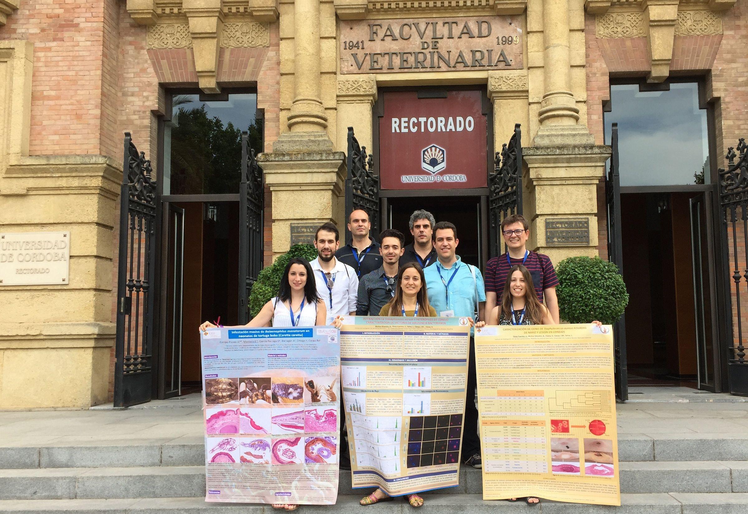 Investigadores y estudiantes del Grupo de investigación en Patología y Sanidad Animal de la CEU-UCH, en la reunión de la SEAPV en Córdoba.