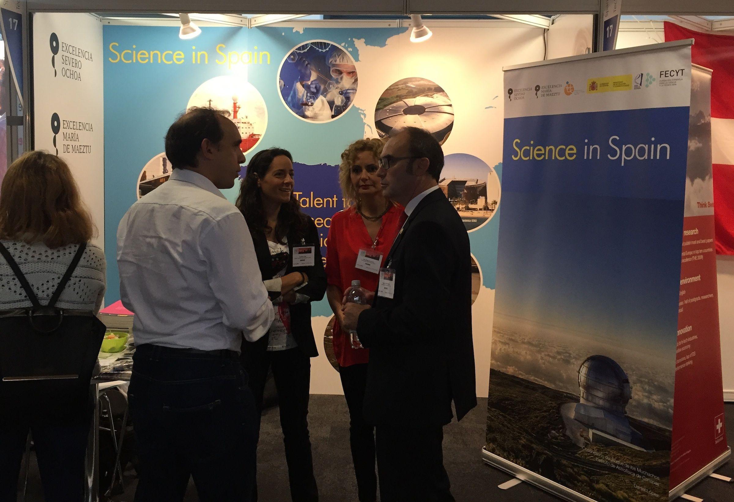 A la derecha, el vicerrector de Investigación de la CEU-UCH Ignacio Pérez y la directora de la OTRI, Sara Marqués, en el stand de FECYT en la Naturejobs Career Expo, celebrada en Londres.